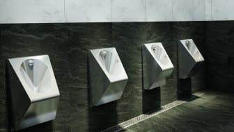 Offentlig toalett med urinaler i rostfritt stål