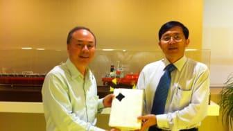 Capt. Chan Kok Leong of GBLT Shipmanagement wins an iPad 2 at SmartShipping 2011