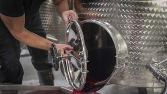 Ståltank i Högberga Vinfabrik