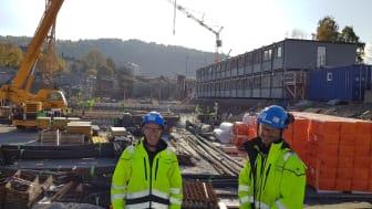 Bildet viser stikningsingeniør Andrew Porch(tv) og Pedro Sanchez (begge fra ProPoint Survey), som jobber på prosjektet Follobanen, parsell Bispegata – Oslo S. Prosjektet er en del av jobben med å etablere nytt dobbeltspor mellom Oslo S og Ski. Bygghe