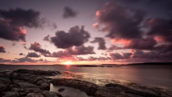 Bilden på solnedgången i Vallda Sandö är tagen av Henric Forsell.