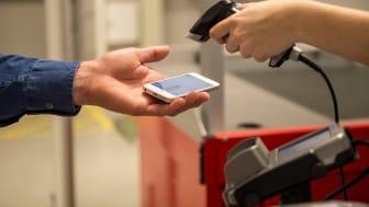 Med mobil ansökan blir kreditköpet effektivt och privat. En streckkod bekräftar köpet i kassan. Foto: Resurs Bank