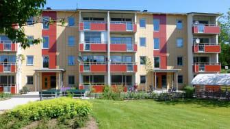 Brogården i Alingsås är ett miljonprogramsområde som djuprenoverats till nära-noll energinivåer av Alingsåshem.
