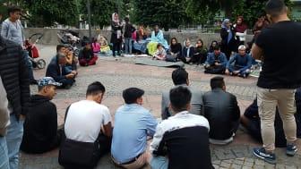 Ungdomar från Ung i Sverige och Ensamkommandes förbund är kontakten mellan barnfamiljerna och Stockholm.