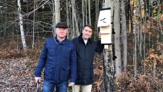 Henrik Lander (C) och Erik Nilsson (KD) slog ett gemensamt spikslag i en av de fladdermusholkar som ska sättas upp i nya stadsdelen.