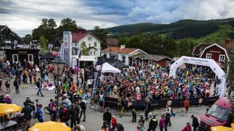 Folkfest på Åre torg i samband med de två startgrupperna som krävdes för att få iväg det stora startfältet i premiärårets Copper Trail 7K.