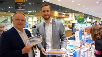 Fiskeriminister Per Sandberg og fiskeriutsending Gunvar Lenhard Wie viser frem norsk sjømat i butikk i Japan