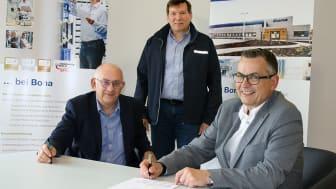 Der Beginn einer ausgezeichneten Geschäftsbeziehung: Bona Geschäftsführer Dr. Thomas Brokamp, Stefan Ziegert von Scania und Bona Prokurist Thorsten Kusch unterzeichnen den Vertrag über den Kauf des ersten Scania Elektro-Lkw  in Deutschland (v.li.).