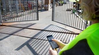 Medarbetare med tilldelad behörighet kan öppna fordonsgrindarna på distans i AddMobiles app. Foto: AddMobile AB