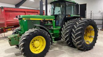 John Deere är en vanlig syn på Klaravik under 2021. Hittills under året har nästan 100 John Deere-traktorer sålts på auktion, däribland en 4455 som klubbades för 257 000 kronor.