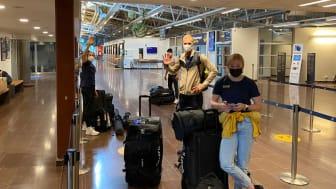 Ebba Andersson, Daniel Fåhraeus och Jonna Sundling på Östersunds flygplats.