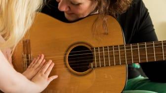 H.M. Drottning Silvias stiftelse ger stöd till  musikterapi för barn och ungdomar