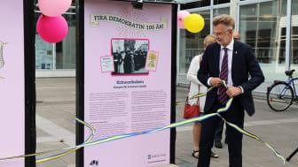 Landshövding Anders Danielsson inviger utställningen Fira demokratin.