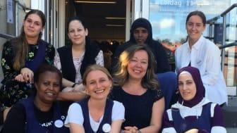 Anne Salmela (tredje fr v i främre raden) trivs med sitt nya jobb som butikschef på Erikshjälpen Second Hand i Kortedala.