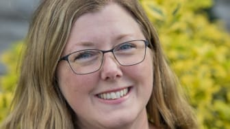 """Högskolans mångfaldsstipendium tilldelas Josefin Kristensen. """" Det betyder väldigt mycket att man från Högskolan uppmärksammar arbeten som mitt, som rör människor med funktionsnedsättningar""""."""