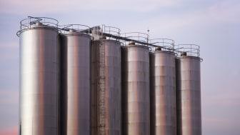 Att rengöra silos på insidan är nödvändigt för att bibehålla säkra livsmedel och hålla skadedjuren borta. (Foto: iStock/Percds)