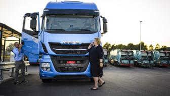 Norska statsministern Erna Solberg tar plats i en Stralis med hjälp av Iveco´s testchaufför Jørgen Andreassen.