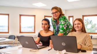 Yrkesgymnasiet Stockholm huserar i Skarpnäck. Här är läraren Anna Helgesson Portocarrero lärare med eleverna Cajsa och Hanna.