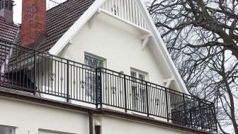 balkong med smidesräcke
