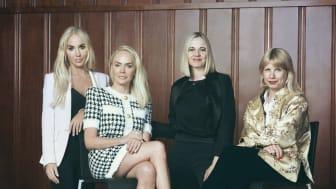 Fra venstre: Cecilie Fredriksen, Kathrine Fredriksen, direktør i Nasjonalmuseet, Karin Hindsbo, og samlingsdirektør i Nasjonalmuseet, Stina Högkvist. Foto: Morten Qvale / Nasjonalmuseet