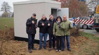 Jürgen Kühn, Bauleiter Deutsche Glasfaser (links) mit Bürgermeister Karsten Schreiber (mittig)