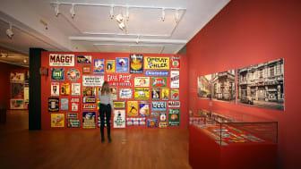 """Blick in die Ausstellung """"Reklame! Verführung in Blech"""" im GRASSI Museum für Angewandte Kunst - Foto Andreas Schmidt"""
