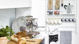 Elfa_smart og pladsbesparende opbevaring i køkkenet.