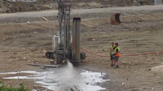 Genom att borra ner rör för att värma berggrunden med 100-gradigt vatten hoppas Öresundskraft kunna lagra överskottsvärme från Filbornaverket. Foto: Öresundskraft (från tidigare tillfälle).