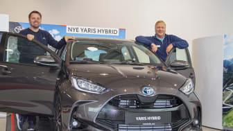 Det er alle våre Yaris-kunder vi skal takke for at modellen har blitt en så stor suksess her hjemme, sier bilselger Karl-Einar Rengård t.v. og salgssjef Tom Fossen t.h. ved Nordvik Toyota Bodø.  Foto: Nordvik AS.