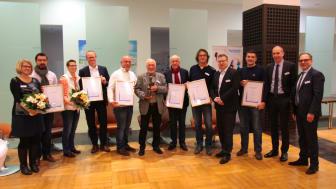 Die Sieger des 42. Barmenia-Fairplay-Pokals wurden von Schirmherr und Oberbürgermeister Andreas Mucke (ganz re.), dem Vorstandsvorsitzenden der Barmenia Dr. Andreas Eurich (2. v.r.) und dem Fußballkreis-Vorsitzenden Stefan Langerfeld( 4.v.r.) geehrt.