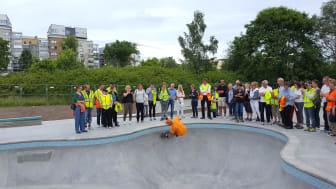 En av Nordskateparks byggare provåker skatebanan.