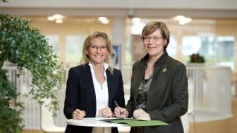 Helene Egebøl (tv) og Lone Feifer underskriver aftalen, så Schneider Electric bliver en del af Active House.