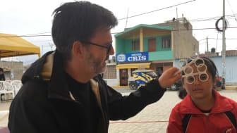Tomas Hall, optiker från Ystad, hjälper 8-åriga Lorena med glasögon när Optiker utan gränser var i Peru 2017.