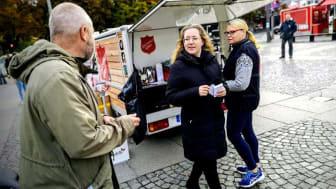 Många viktiga samtal gjordes under dagen, både med personer i behov av stöd, med allmänhet och möjliga samarbetspartners. Foto: Kerstin Tillenius
