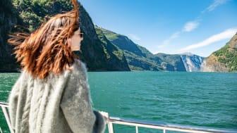 Det er enkelt å reise miljøvennlig med båt, buss, tog og elbil til Flåm