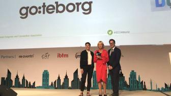 Annika Hallman, direkør fra Gothenburg Convention Bureau, modtager prisen fra Melanié Delaplanche, GDS-Index Project Director og James Rees, ICCA President.