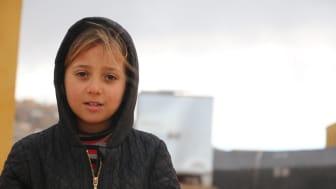 """""""Jag önskar att få leva i vilket annat land som helst, där jag kan vara trygg och där det finns skolor och leksaker."""" säger Lara, 7 år. För tre år sedan tvingades hon fly från sin hemstad. I dag bor hon i ett tält i Idlib."""