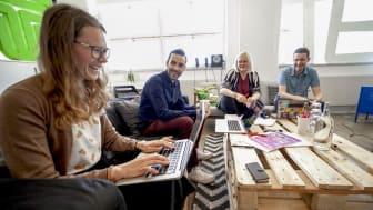 Emma Gunnebrink är VD för Dedecco, ett av de företag som huserar hos Think. I bakgrunden Alexander Bastien, Jenny Sandberg och Casper Fabricius.
