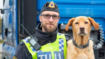 Årets narkotikasökhund Harry tillsammans med sin förare Kim Holm. Foto: Mette Ottosson