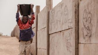Wie dieser Junge in der Zentralafrikanischen Republik müssen viele Kinder weltweit arbeiten - ein Verstoß gegen Kinderrechte. Foto: Marcus Frendberg, Bangui 2013 (Foto nur zur Verwendung im Kontext der SOS-Kinderdörfer weltweit)