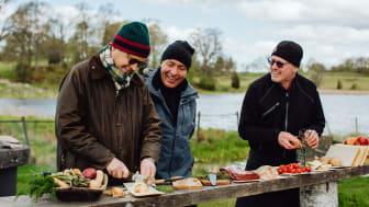 Magnus Nyman, ägare Wallby säteri, förbereder måltidsupplevelsen The Edible Table tillsammans med Sven-Erik Larsson och Joakim Alin.