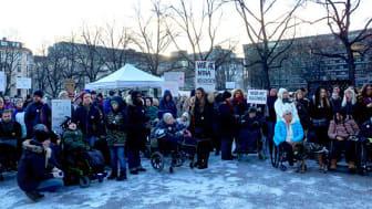 Hundratals personer slöt upp in Stockholm för att visa sitt stöd för LSS-lagstiftningen.