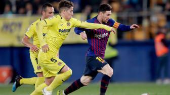 Santiago Caseres fra Valencia jagter Barcelonas Lionel Messi. Foto:Jeroen Meuwsen/Soccrates/Getty Images
