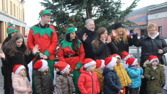 Stepping Stones for Families singing with the McDermott elves, Councillor Allan Gow and Bailie Jacqueline McLaren