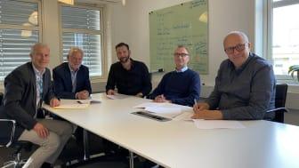 Kontraktsignering (fra venstre): Jørgen Stene og Hans Haugerud (begge Rambøll), Arne Reisegg Myklestad (DARK Arkitekter), Jon Chr. Simenstad og Torgeir Finnerud (begge Drammen Helsepark AS).