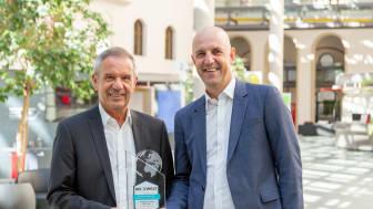 """Stefan Hattenkofer (rechts), als Vorstand für das Individualkundengeschäft zuständig, gratuliert dem Direktor für Private Banking, Günter Zehner (links), für das dritte Testsiegel """"Bestes Private Banking in München""""."""