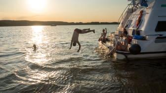 Baden vom Boot - typisch Bootsurlaub in Brandenburg. Foto: TMB-Fotoarchiv Yorck Maecke.