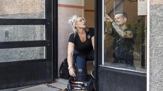 SKB har egna fastighetsskötare i kvarteren som möter de boende och bidrar till trygghet. Foto: Karin Alfredsson