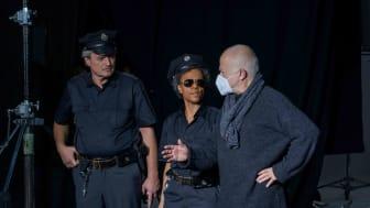 Yadegar Asisi gibt Regieanweisungen an Polizeikomparsen - Foto: asisi