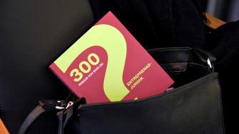 Boken 300 frågor och svar om entreprenadjuridik är liten och smidig att bära med sig